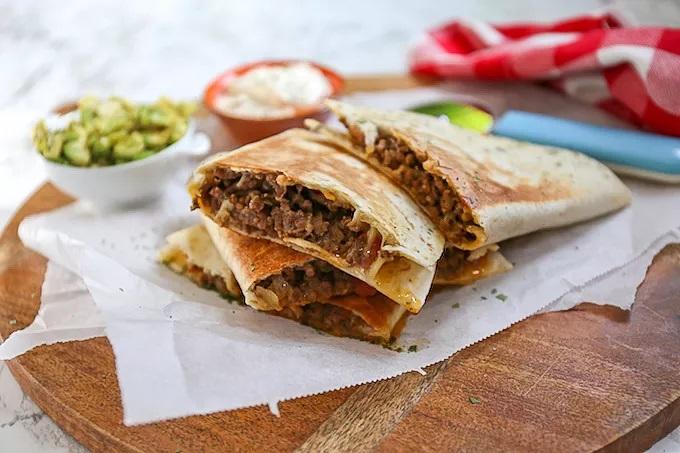 Mexicaanse burrito's met rundvlees en guacamole